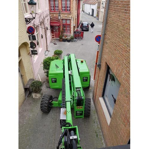 foto hoogwerker 16 m in nauw straatje